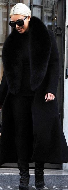 Who made Kim Kardashian's black sunglasses, velvet boots, and coat? Who made Kim Kardashian's black sunglasses, velvet boots, and coat? Kim Kardashian Balmain, Kardashian Style, Kim Kardashian Sunglasses, Kendall Jenner Dress, Kylie Jenner Outfits, Kim Blonde, Fall Fashion Trends, Winter Fashion, Black Fur Coat