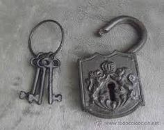 CANDADOS Y LLAVES ANTIGUAS Under Lock And Key, Key Lock, Old Keys, Skeleton Keys, Padlocks, Photo Ideas, Door Handles, Art Deco, Random