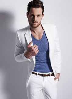 Men's white suit with blue fitted T-shirt// #mensfashion