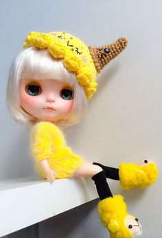 Love the yellow lid and her face cute Blythe Dolls, Barbie Dolls, Kawaii, Cute Teddy Bears, Cute Dolls, Doll Face, Miniature Dolls, Big Eyes, Doll Accessories