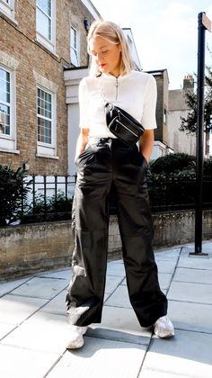 It's time to get the Leather looks out of the wardrobe again! Fall is upon us and that means it's time for leather! Soft Grunge, 90s Grunge, Trendy Fashion, Fashion Looks, Fashion Hair, Womens Fashion, Street Style Summer, Street Style Women, Urban Outfitters