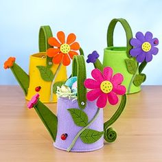 Regadores em feltro / felt watering can containers Cute Crafts, Felt Crafts, Diy Crafts, Felted Wool Crafts, Diy Ostern, Felt Baby, Felt Patterns, Mothers Day Crafts, Felt Fabric