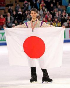 フィギュアスケート世界選手権で2位となり日の丸を掲げる羽生(撮影・PIKO)