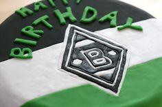Heute kann ich euch meine erste richtige Fondant Torte präsentieren. Ein Schokotorte verkleidet mit einer Borussia Mönchengladbach Fahne. Für einen...