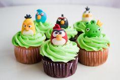 Cupcake Angry Birds €8,50 p/persoon Leuk! Je cupcakes bakken en decoreren. Een erg goed idee voor een kinderfeestje dus!  En wat is er nou heerlijker dan ditthuis te kunnen doen en dat alle benodigde materialen verzorgd worden door Kinderfeestje-Idee. Thuis kunnenkinderen hun fantasie en creativiteit de vrije loop laten en zelf de mooiste cupcakes maken. Er zijn diverse thema's mogelijk, het thema Angry Birds is geschikt voor 8jaar en ouder. Het pakket bestaat uit: - Mix voor cupc...