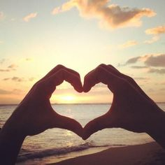 Beach Photography - Fushion News Hand Photography, Girl Photography Poses, Love Wallpapers Romantic, Cute Wallpapers, Heart In Nature, Shadow Photos, Heart Hands, Sunset Wallpaper, Photo Diary