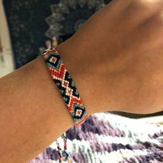 Normal friendship bracelet pattern added by aztec eye triangle tropical diamonds chevron. Embroidery Floss Bracelets, Thread Bracelets, Beaded Bracelets, Ribbon Embroidery, Diy Bracelets With String, Diy Friendship Bracelets Patterns, Bracelet Crafts, Bracelet Designs, Bracelet Tutorial