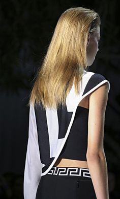 VERSACE. MULTICOLOR ROCK. Il nero - tanto caro alla Maison Versace - è messo in contrasto con MAXI CUCITURE a vista e RIFINITURE bianche che ricordano il motivo geometrico delle greche …