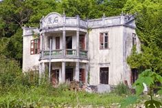 Deserted chinese mansion house Abandoned Mansions, Abandoned Buildings, Mansions Homes, Abandoned Places, Forgotten Treasures, Dark House, Architecture Old, Ghost Towns, Haunted Places