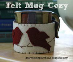 Felt mug cozy {free template} - Do Small Things with Love Mug Cozy, Coffee Cozy, Sewing Crafts, Sewing Projects, Felt Projects, Diy Projects, Diy Mugs, Felt Birds, Felt Christmas