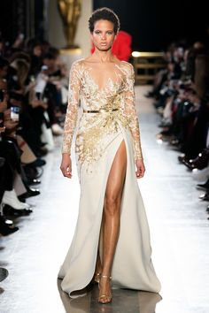 Elie Saab Spring / Summer 2019 Haute Couture - Fashion Shows .-Elie Saab Frühjahr/Sommer 2019 Haute Couture – Fashion Shows Elie Saab Couture, Spring Couture, Haute Couture Fashion, Couture Dresses, Fashion Dresses, Gold Gown, Elie Saab Spring, Mode Inspiration, Couture Collection