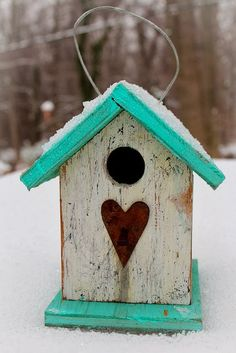 Zimą pamiętajmy o dokarmianiu ptaków. Karmnik to obowiązkowy element zimowego ogrodu :)  | Bird house is an important part of winter garden. #garden #birds #winter #zima #snow #heart #green