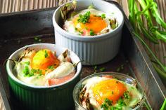 Salmone marinato, puntarelle e uova in cocotte