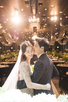 Pre Wedding Poses, Wedding Picture Poses, Pre Wedding Photoshoot, Wedding Couples, Foto Wedding, Dream Wedding, Korean Couple Photoshoot, Turkish Wedding, Korean Wedding Photography