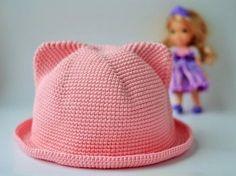 Такую вязаную шляпку ваш ребенок будет носить с удовольствием. Новая модель шляпки крючком. В этой модели ушки связаны во время вязания донышка шляпки, т.е. они цельновязанные не пришивные.