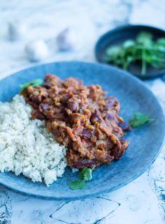 Rajma - vegansk indisk ret. Lækker indisk aftensmad med kidneybønner, garam masala og serveret med ris til. Krydret og cremet ret.