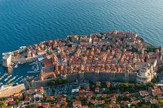 Una ciudadela amurallada (Dubrovnik)  En la región de Dalmacia, uno de los sitios más emblemáticos del Adriático es Dubrovnik. Se trata de una ciudadela rodeada de enormes murallas sobresaliendo en la costa y al pie de la montaña de San Sergio. Cualquiera podría pensar que es la escenografía de una historia milenaria, pero milagrosamente, ésta ciudad se ha conservado hasta tiempos modernos con su belleza intacta.