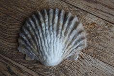 Como todos ustedes saben soy una amante de las joyitas que ofrece el fieltro y esta es una de ellas: la colección de shells de Ingrid Garrod...