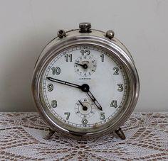 1940' lardan, Alman yapımı, JUNGHANS marka, gerçek bir vintage saat.  Nostaljik, eski, kurmalı, tamburlu, alarmlı masa saati, çalar saat.  150,00 TL