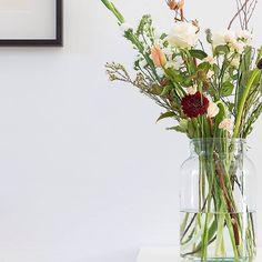 Bloemen zijn reistlustige types en die van ons reizen first class. Dus denk niet dat we ze plukken in alle vroegte, om ze weg te stoppen in een vrieskist, daarna op een hoopje in een doos te vervoeren en dan ook nog uren te laten wachten tot ze eindelijk geveild worden. Nee hoor, onze jetsetters gaan zo van de kas naar jouw vaas. #bloomonnl