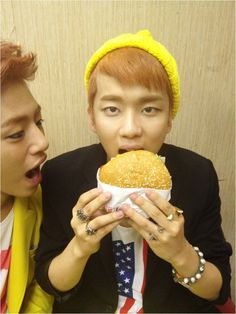 B.A.P's Youngjae's face is as small as a hamburger?