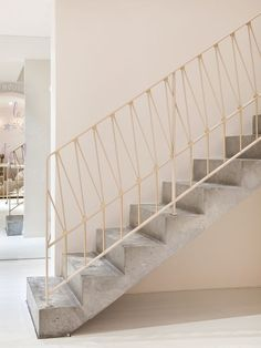 The next level: 14 stair rails to improve your living designLeading aluminum banister at this favorite placeNew iron stair railing makeover 67 ideasNew iron stair railing makeover 67 ideas Awesome Modern Stairs Railing Design Modern Stair Railing, Concrete Staircase, Stair Railing Design, Stair Handrail, Staircase Railings, Modern Stairs, Stairways, Open Staircase, Staircase Remodel