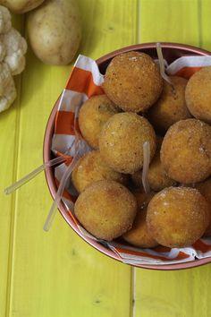 Le crocchette di patate e cavolfiore sono dei deliziosi bocconcini impanati e fritti ottimi come antipasti o come piatto unico che potete servire con un contorno di insalata verde.