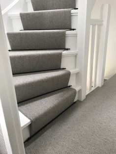 Best Carpet Runners For Hallways Refferal: 9415644212 Arno, Stairs Skirting, Open Trap, Staircase Makeover, Carpet Stairs, Living Room Carpet, Hallway Decorating, Staircase Design, Carpet Design