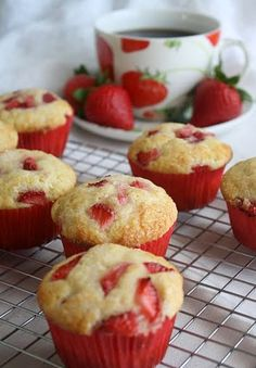Strawberries and Cream Muffins. These would make amazing cupcakes with cream cheese icing! Think Food, Love Food, Just Desserts, Dessert Recipes, Dessert Healthy, Drink Recipes, Breakfast And Brunch, Breakfast Basket, Brunch Food