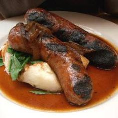 Bangers and Mash is the familiar term for Sausage and Mash, a favourite British and Irish dish. Bangers and Mash is quick and easy to make, and also makes a cheap yet very substantial meal. Homemade Sausage Recipes, Pork Recipes, Cooking Recipes, Game Recipes, What's Cooking, Dinner Recipes, Hp Sauce, Bangers And Mash, Charcuterie