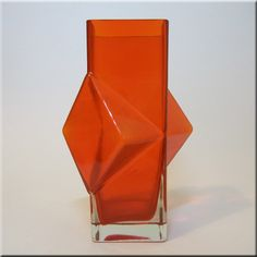 Riihimäen Lasi Oy / Riihimaki red glass 'Pablo' vase by Erkkitapio Siiroinen, design number Wallace Glass Design, E Design, Design Floral, Coloured Glass, Orange Walls, Carnival Glass, Glass Bottles, Mid-century Modern, Stained Glass