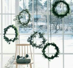 A complete guide on how to have your own Scandinavian Christmas, with beautiful inspiration, great tips and amazing DIY's. A minimalist Christmas decor, guide to Scandinavian Christmas design, Scandinavian DIYs Noel Christmas, Winter Christmas, Christmas Crafts, Outdoor Christmas, Christmas Windows, Green Christmas, Christmas Window Wreaths, Hygge Christmas, Xmas Trees