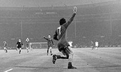 George Best viert zijn tweede goal op Wembley in de Europa Cup I-finale Man.United-Benfica, 45 jaar geleden