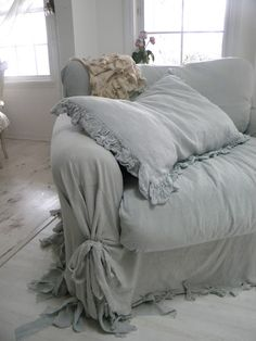 Love this slipcover look--perfect!