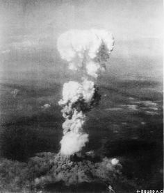 6 de agosto de 1945.  Nube de hongo de la bomba atómica de Hiroshima (Japón), a 18 kilómetros del hipocentro de la explosión.