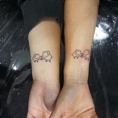 Tattoo Mãe e Filha #tattoo #tatuagem #tattoos #tattooist #instattoo #inktattoo #instalove #tattooelefante #elefante #tattoowoman #tatuagemfeminina #tattoodelicada #family #familia #tattoofamily #tattoofamilia #filhaemae #maeefilha #moments #love #lovetattoo #fineline #tatuadora #tatuadas #tattoobrasil (em Black Magic Tattoo)