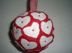 Creazioni in pannolenci per Natale - Pallina di Natale con i cuoricini