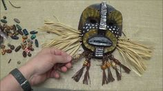 Thema Afrika: Afrikaanse kunst:  Een reclamevideo eigenlijk, maar een erg handige handleiding om Afrikaanse maskers te maken en het hoeft niet met de genoemde materialen natuurlijk.