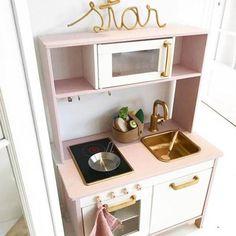 Ikeas legekøkken lægger op til, at du selv tryller med pensler og tapet. Få inspiration til, hvordan du selv customizer køkkenet til dine børn, her.