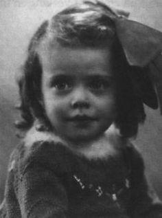 De ouders van Celine (Lieneke) de Vries (1936) schrijven vanaf haar geboorte tot midden 1942 een dagboek voor haar. Hierin staat dat zij dol is op bruine bonen en graag naar de kleuterschool gaat.
