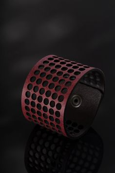 FORATO BIG. Italian leather bracelet. Vegetable tanned full grain leather, nickel free metal parts. Made in Italy.