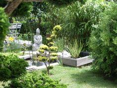 Un jardin zen, à l'esprit asiatique. Fontaine, bambous et arbres topiaire