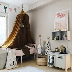 Create a special place for your child to sleep, read or relax. Canopies can be easily included in every kind of atmosphere.