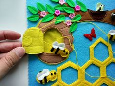 Besteamer Christmas Decoration Wreath Felt Applique Wall Hanging Wreath Kit for Christmas Party Home Door Wall Decoration 60 cm Diy Quiet Books, Baby Quiet Book, Felt Quiet Books, Bee Crafts, Crafts For Kids, Applique Wall Hanging, Soft Toys Making, Homemade Books, Busy Boards For Toddlers