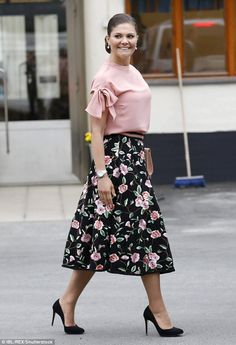 Crown Princess Victoria looked feminine in a floral print midi skirt and matching pink blouse as she arrived at Stockholm Vatten water factory in Drottningholm. The chic royal accessorised her outfit with a blush pink clutch and matching drop earrings. Princesa Real, Princesa Diana, Princess Victoria Of Sweden, Crown Princess Victoria, Sergio Rossi, Princesa Victoria, Look Rose, Style Royal, Victoria Fashion