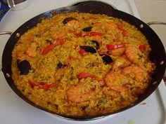 Una receta de paella de marisco o marinera muy buena. Aquí le añadimos un poco de marisco y un buen caldo que con el sofrito es el truco de un buen arroz.