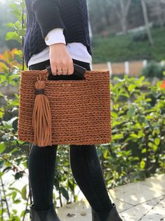 The rope to be used for making knitting bags varies according to the mesh bag models. Whether acrylic, combed, ribbon, cotton rope or crochet knitting bag Crochet Clutch, Crochet Handbags, Crochet Stitches, Knit Crochet, Sacs Design, Bag Pattern Free, Macrame Bag, Patchwork Bags, Diy Bags
