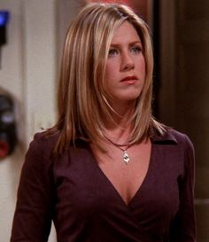 We're all about that Friends fashion. Here are the best outfits from Rachel, Monica and Phoebe (plus a special guest) that have aged like a fine wine. Jennifer Aniston Style, Jennifer Aniston Hair Friends, Jenifer Aniston, Medium Hair Cuts, Medium Hair Styles, Short Hair Styles, Rachel Haircut Friends, Rachel Green Hair, Grunge Hair