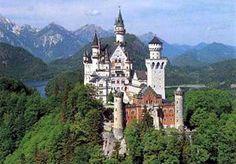 Um castelo de contos de fada em pleno século 21 e seu nome é Neuschwanstein. Construído a partir de 1869 por Ludwig, conhecido como O Rei Louco da Baviera, esta é outra visita obrigatória de quem vai a Munique. Dizem que foi neste palácio que Disney se inspirou para construir o castelo de seu parque temático. Neuschwanstein é o delírio arquitetônico de um soberano atormentado, isolado e obcecado.Neuschwanstein está situado em Schwangau, 116 km a sudoeste de Munique.