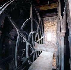 De Kraan De Kraan is het symbool van Gdańsk. De eerste bouw dateert uit 1367 maar deze werd door brand in 1442 verwoest. De huidige kraan is een replica van de versie die in 1444.